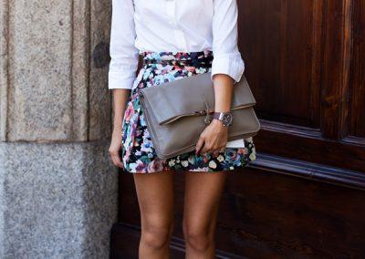 camisa blanca con mini falda