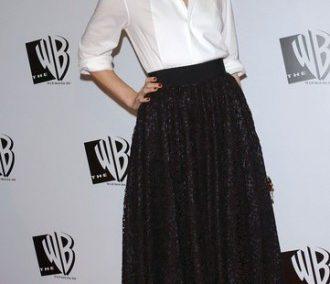falda-negra-calada-al-tobillo-con-camisa-blanca-de-esmoquin